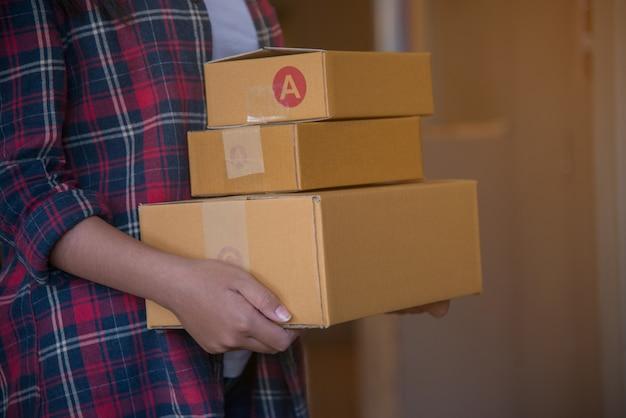 Giovane bella donna con scatola regalo tenere in mano