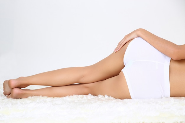 Giovane bella donna con un corpo perfetto