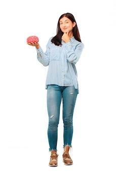Giovane bella donna con un modello di cervello