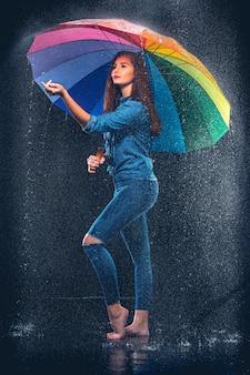 Giovane bella donna con un ombrello.