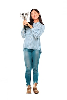 Giovane bella donna con un trofeo