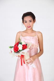 Giovane bella donna e bel vestito