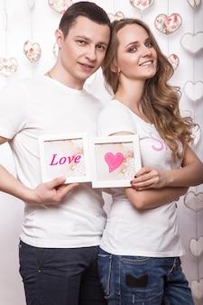Giovane, bella donna e uomo innamorato di san valentino