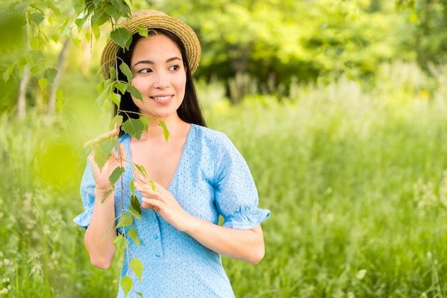 Giovane bella donna felice sorridente in natura