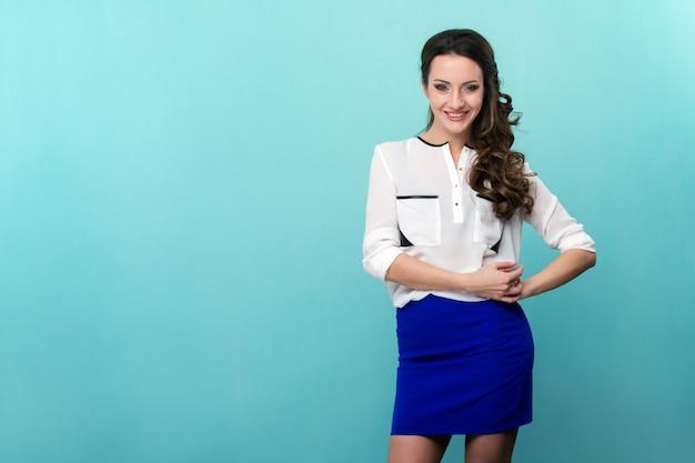 Giovane bella donna in abbigliamento casual con acconciatura moda