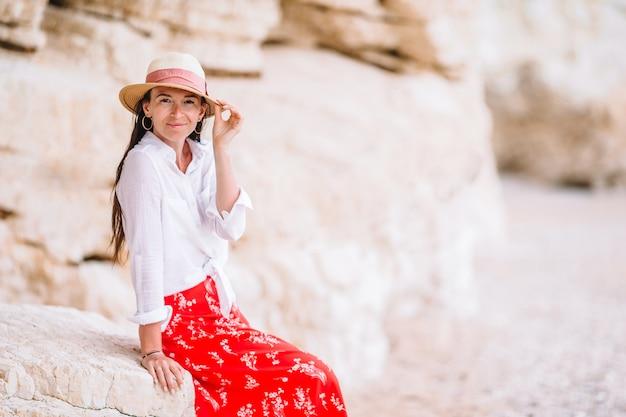 Giovane bella donna in cappello durante la vacanza tropicale della spiaggia.