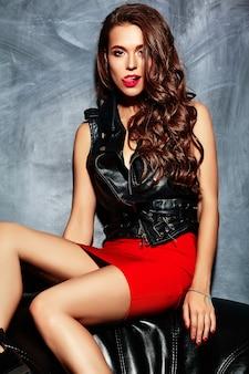 Giovane bella donna in gonna e giacca rosse estate alla moda.