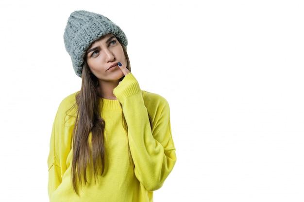 Giovane bella donna in maglione giallo