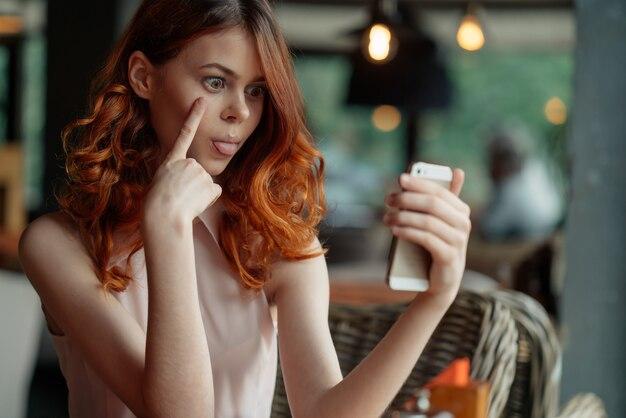 Giovane bella donna in un caffè