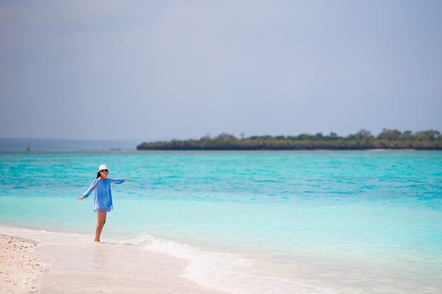 Giovane bella donna in vacanza spiaggia