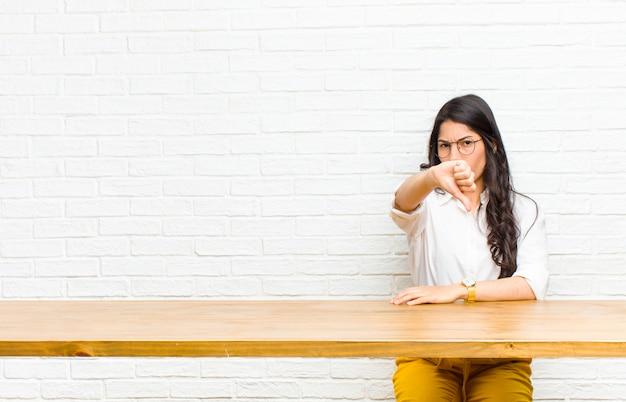 Giovane bella donna latina sentirsi arrabbiata, arrabbiata, seccata, delusa