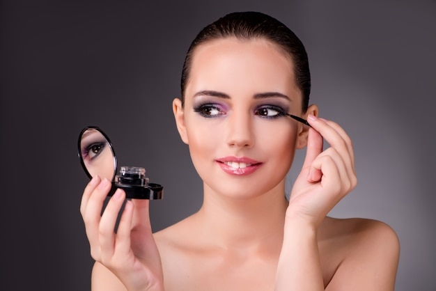 Giovane bella donna nel concetto di make-up