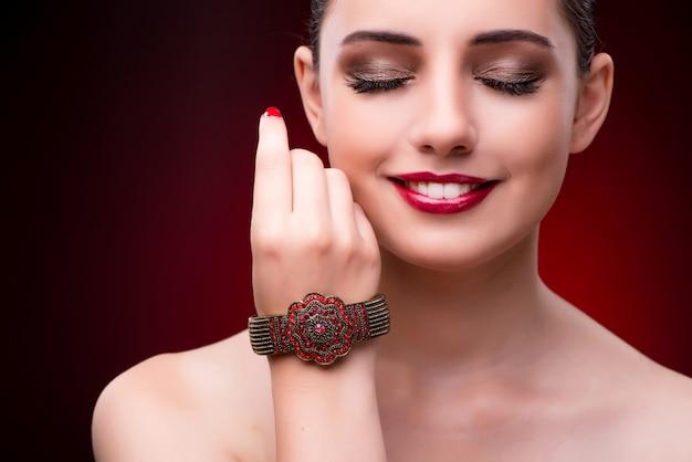Giovane bella donna nel concetto di moda bellezza