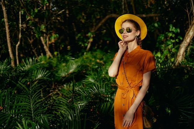 Giovane bella donna nella giungla tropicale
