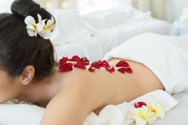 Giovane bella donna rilassante durante il trattamento spa.