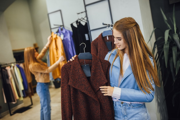 Giovane bella donna shopping nel mercato