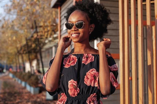Giovane bella donna sorridente di vista frontale