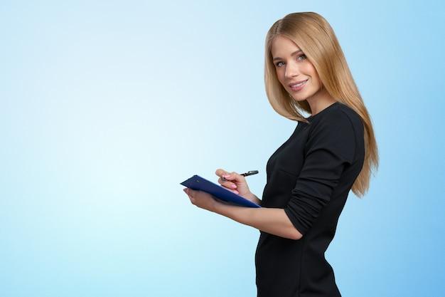 Giovane bella donna sorridente felice di affari con i appunti