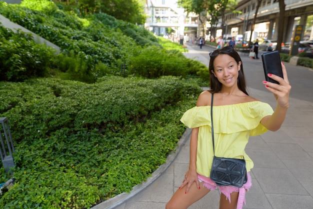 Giovane bella donna turistica che esplora la città di bangkok
