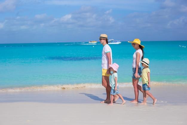 Giovane bella famiglia con due bambini in vacanza estiva