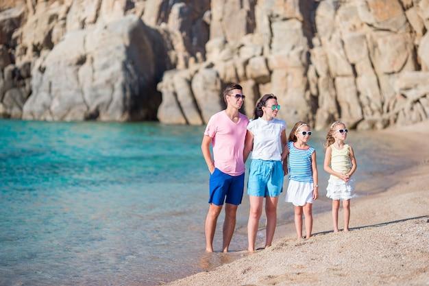 Giovane bella famiglia in vacanza in europa