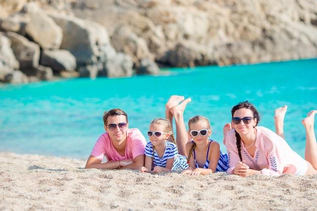 Giovane bella famiglia sulla spiaggia durante le vacanze europee