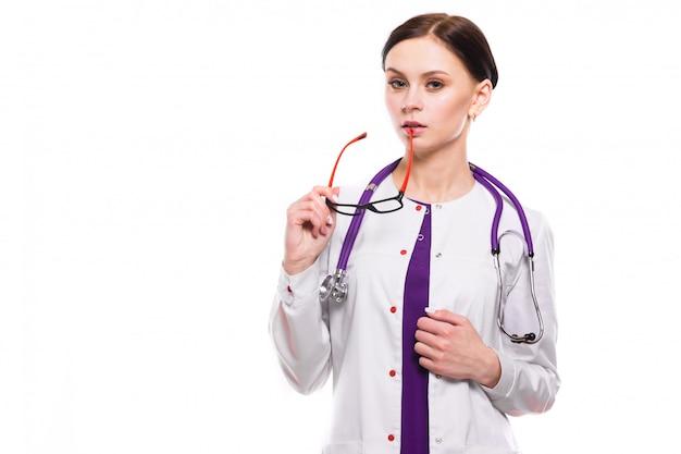 Giovane bella femmina medico tenere gli occhiali nelle sue mani