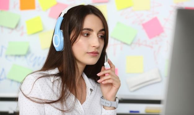 Giovane bella impiegata femminile del call center