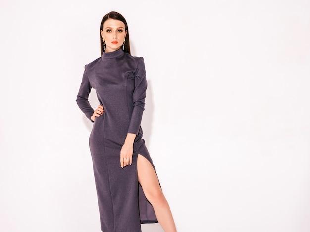 Giovane bella ragazza bruna in un bel vestito estivo alla moda