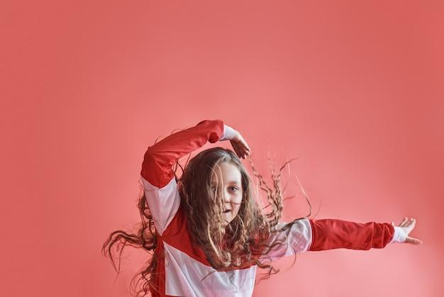 Giovane bella ragazza carina che balla, salto hip-hop sottile moderno dell'adolescente