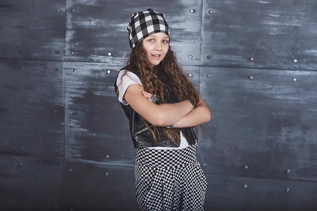 Giovane bella ragazza che balla in vestiti alla moda