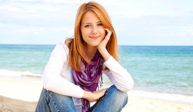 Giovane bella ragazza in spiaggia