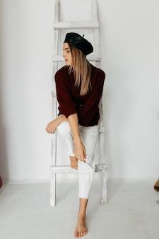 Giovane bella ragazza in studio, ritratto di moda
