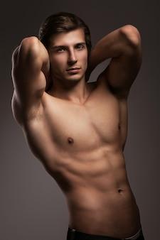 Giovane bello con il torso nudo