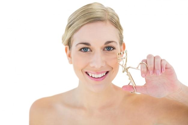 Giovane bigodino di ciglia femminile felice della tenuta della donna