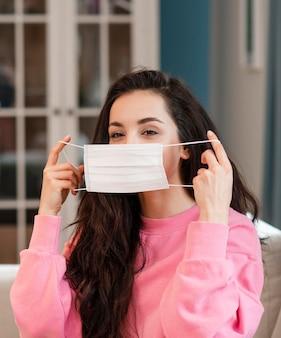 Giovane blogger che indossa la maschera chirurgica