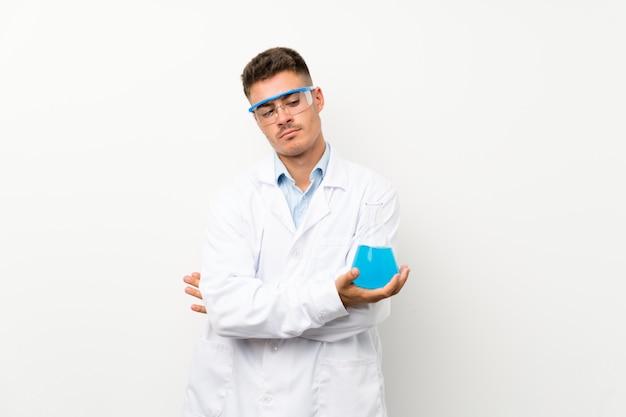 Giovane boccetta scientifica del laboratorio della tenuta che pensa un'idea