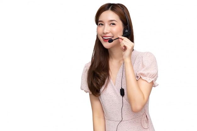 Giovane call center asiatico della donna isolato sopra fondo bianco, vendite di vendita per televisione o operatori di servizio di assistenza al cliente nel concetto delle cuffie avricolari