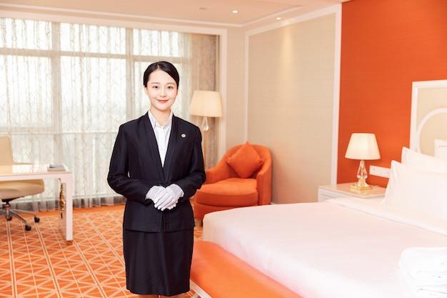 Giovane cameriera d'albergo pulizia camere d'albergo