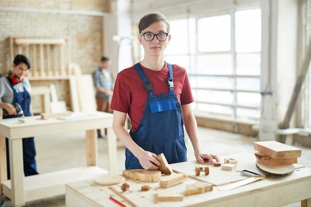 Giovane carpentiere