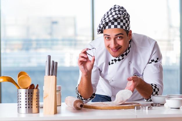Giovane che cucina i biscotti in cucina