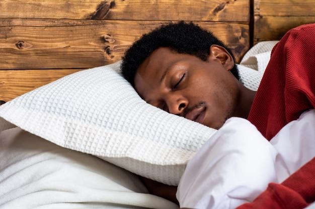 Giovane che dorme nel letto