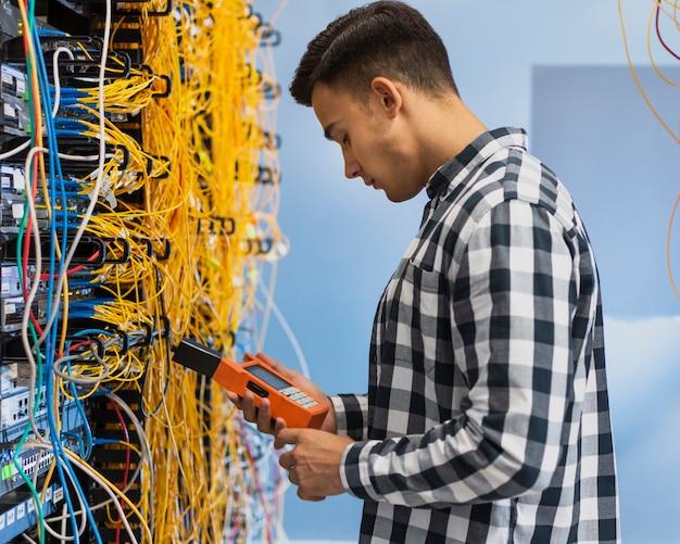 Giovane che esamina tester a fibra ottica