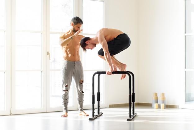 Giovane che fa un esercizio di calisthenics di planche