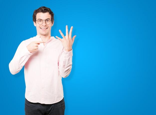 Giovane che fa un gesto di numero cinque