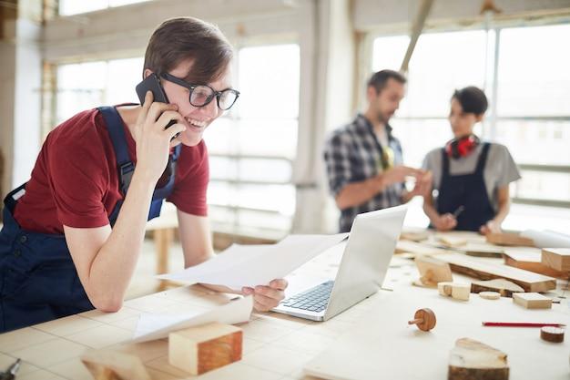 Giovane che gestisce l'affare di carpenteria