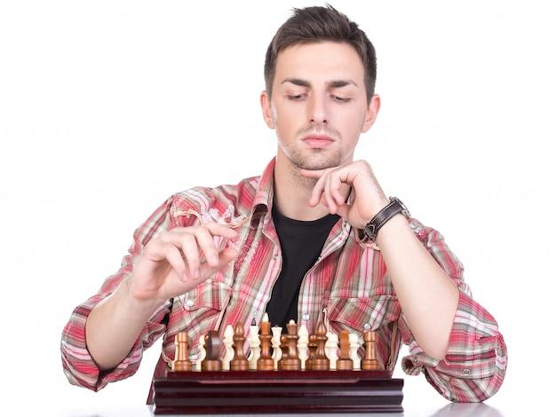 Giovane che gioca a scacchi. isolato