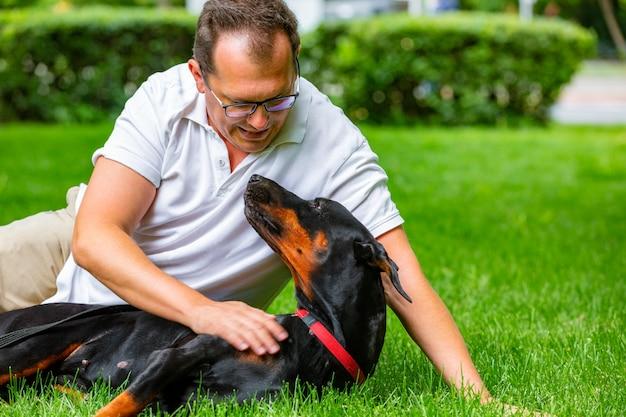 Giovane che gode di una giornata di sole nel parco con il suo cane