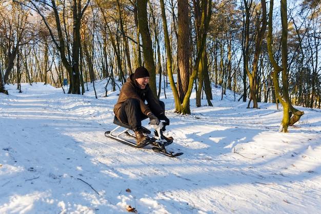 Giovane che guida uno scooter della neve