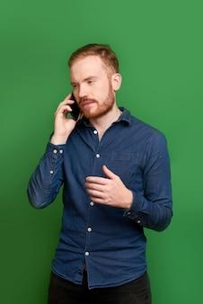 Giovane che ha conversazione telefonica